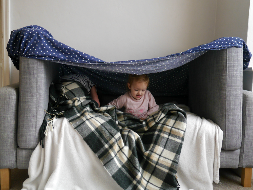 Building a sofa den with small children - ideas for a perfect pillow fort