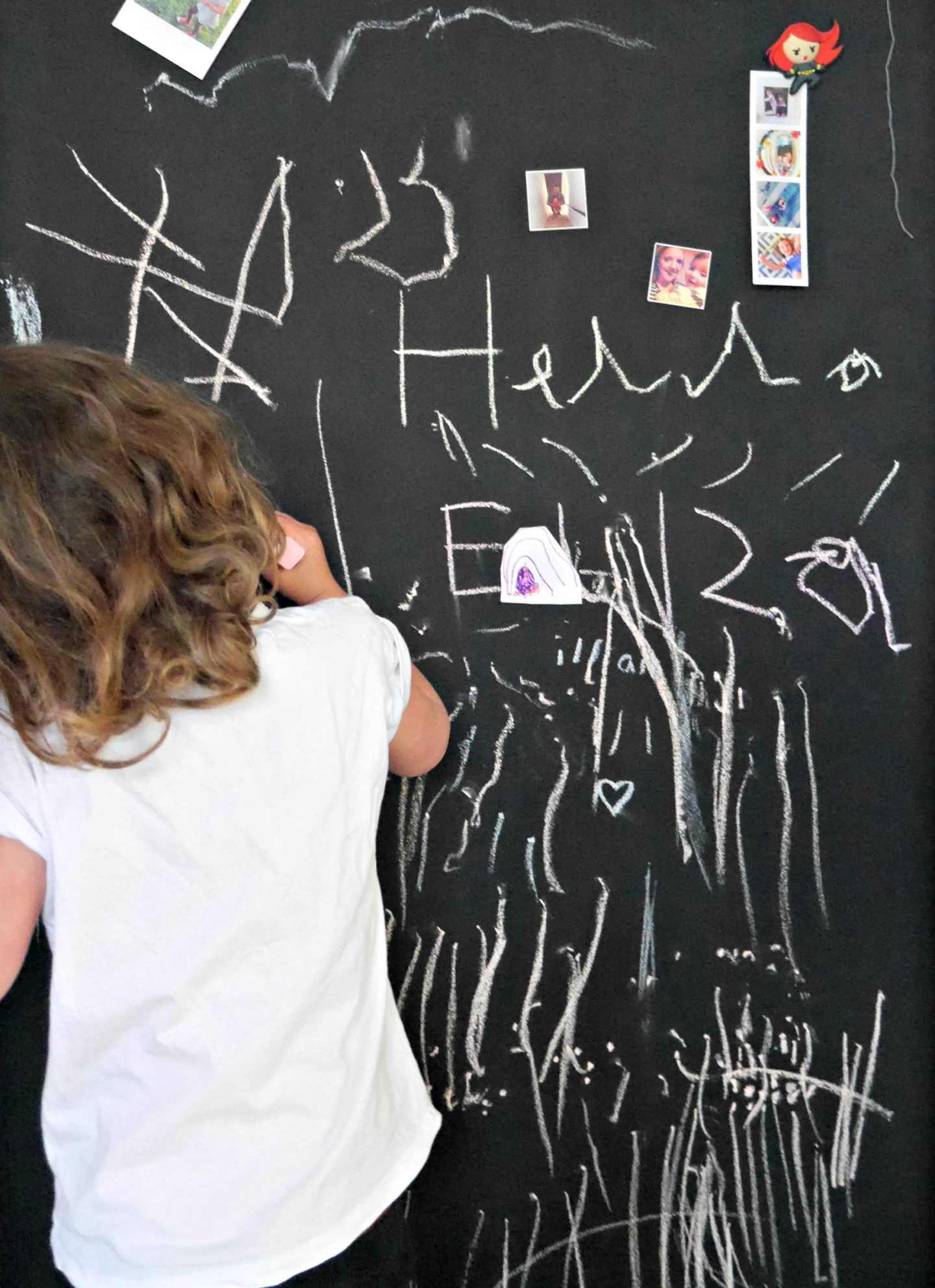 Magnetic chalkboard wall for children's bedrooms