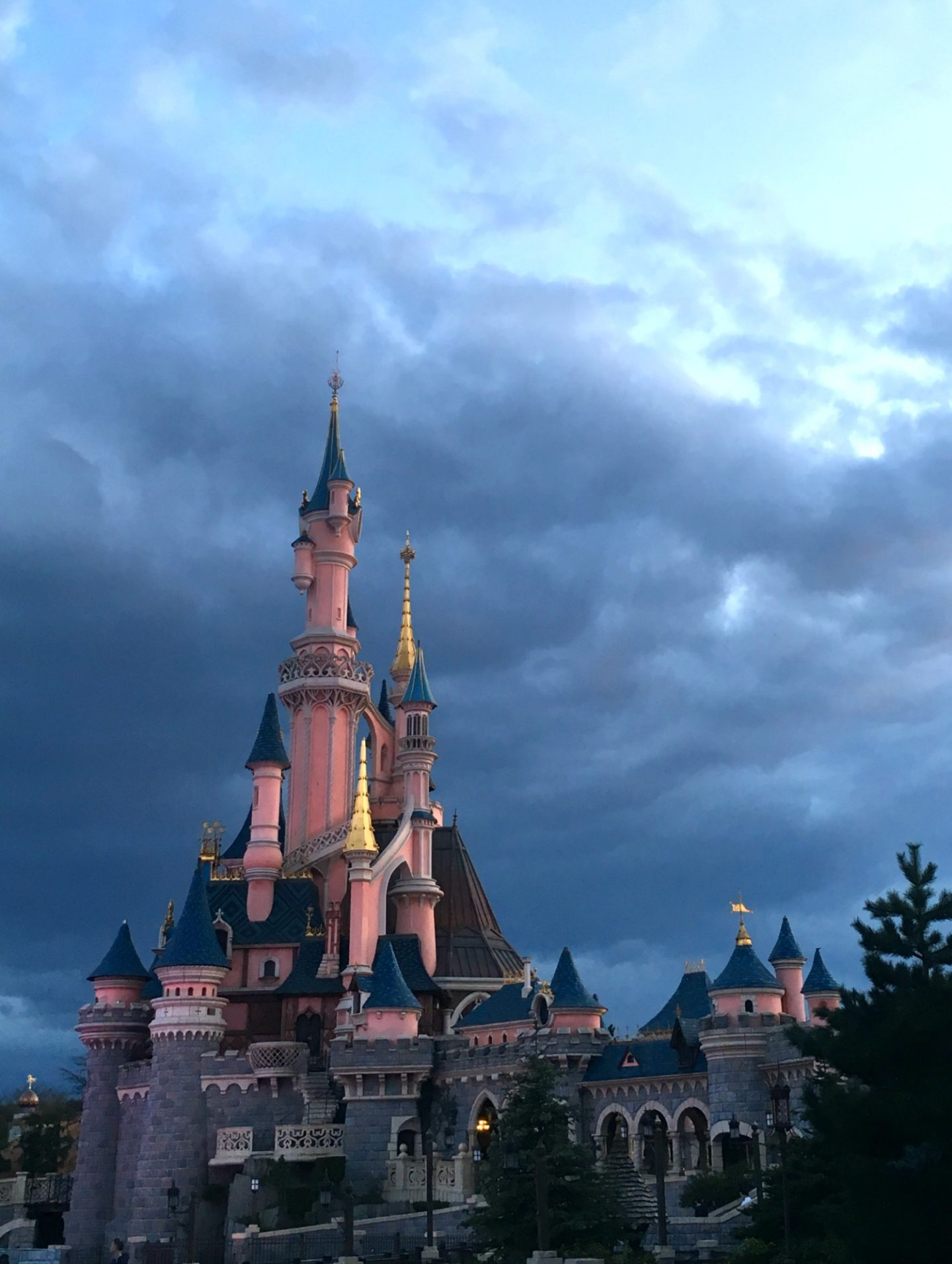 The castle at disneyland paris at night