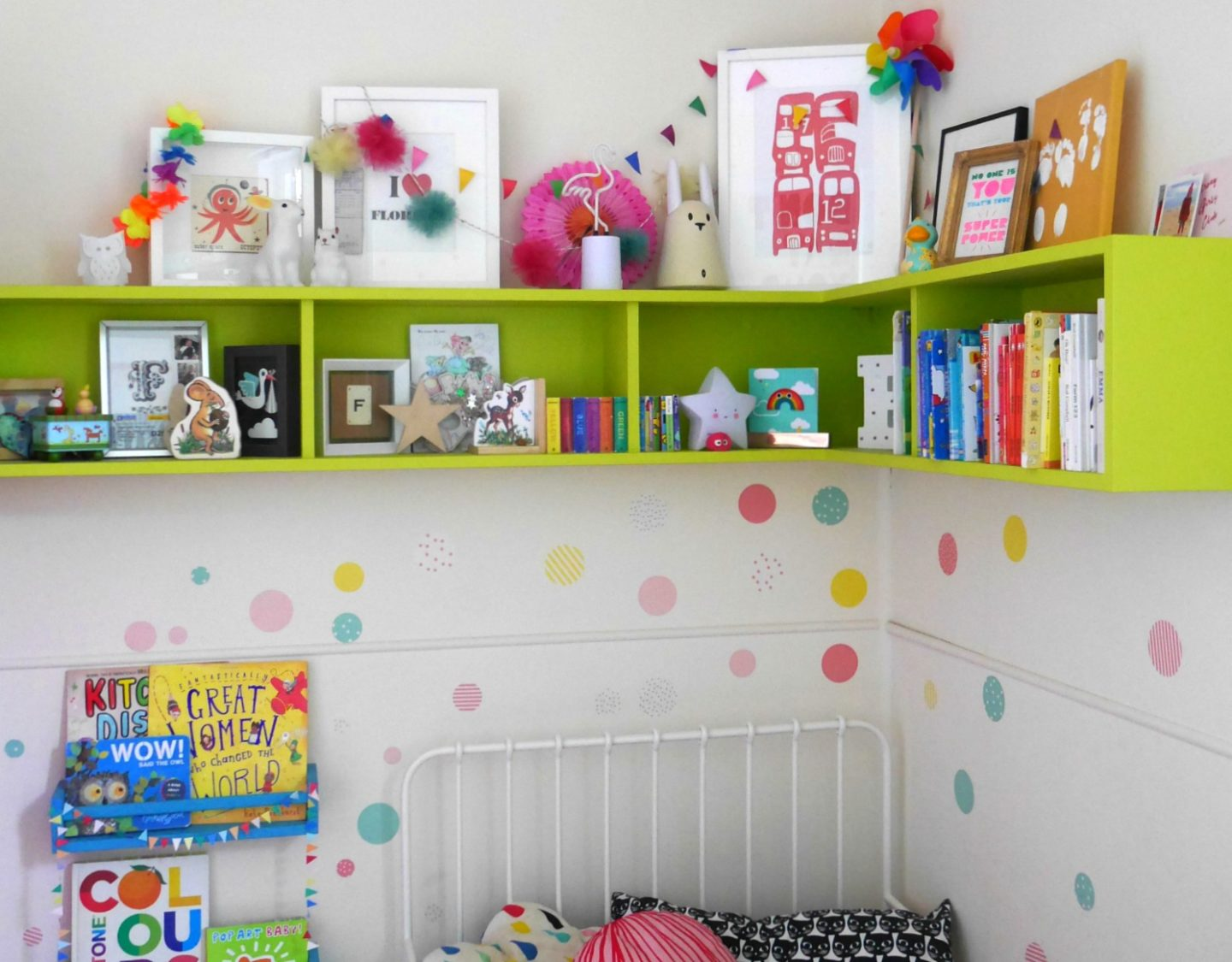 Painted colourful shelves in children's bedrooms and wall stickers from Vertbaudet